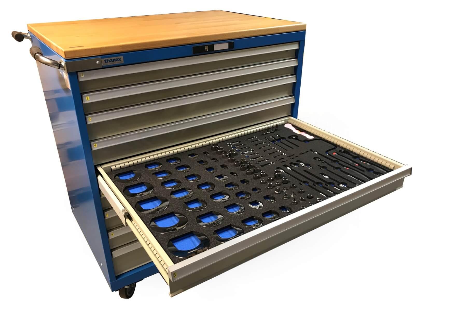 Værktøjskabe med indretning for værktøj